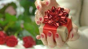 Κομψός λίγο κιβώτιο δώρων στα θηλυκά χέρια απόθεμα βίντεο