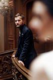 Κομψός μοντέρνος όμορφος νεόνυμφος που εξετάζει την πανέμορφη νύφη, standi Στοκ Εικόνα