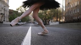 Κομψός νέος χορευτής μπαλέτου στην οδό σε έναν κενό δρόμο Να περπατήσει στα toe ακρών στο pointe Κλείστε επάνω ενός ballerina ` s απόθεμα βίντεο