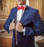 Κομψός νεαρός άνδρας που παίρνει έτοιμος Στοκ εικόνες με δικαίωμα ελεύθερης χρήσης