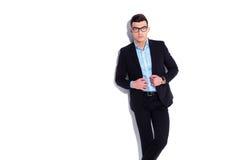 Κομψός νεαρός άνδρας που φορά τα γυαλιά και το περιλαίμιο εκμετάλλευσης κοστουμιών Στοκ Εικόνα