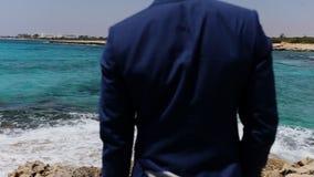 Κομψός νεόνυμφος στην παραλία απόθεμα βίντεο
