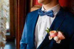 Κομψός νεόνυμφος στο μπλε κοστούμι Στοκ εικόνα με δικαίωμα ελεύθερης χρήσης