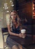 Κομψός ξανθός καφές κατανάλωσης γυναικών Στοκ εικόνα με δικαίωμα ελεύθερης χρήσης