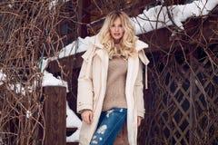 Κομψός ξανθός Georgeous στο φωτεινό χειμερινό φόρεμα Στοκ φωτογραφία με δικαίωμα ελεύθερης χρήσης