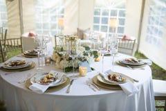 Κομψός πίνακας γευμάτων δεξίωσης γάμου Στοκ φωτογραφίες με δικαίωμα ελεύθερης χρήσης
