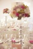 Κομψός πίνακας γευμάτων με τις όμορφες διακοσμήσεις λουλουδιών Στοκ Εικόνες