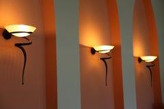 κομψός τοίχος λαμπτήρων Στοκ φωτογραφία με δικαίωμα ελεύθερης χρήσης