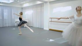 Κομψός χορός ballerinas στο στούντιο μπαλέτου απόθεμα βίντεο