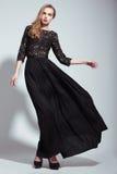 κομψότητα Νέο πρότυπο μόδας στο μαύρο φόρεμα Στοκ Φωτογραφίες