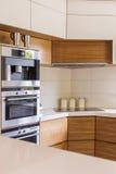 Κομψότητα χέρι-χέρι με τις πρακτικές λύσεις κουζινών Στοκ φωτογραφία με δικαίωμα ελεύθερης χρήσης