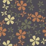 Κομψό άνευ ραφής σχέδιο με τα διακοσμητικά λουλούδια και τα φύλλα Στοκ εικόνα με δικαίωμα ελεύθερης χρήσης