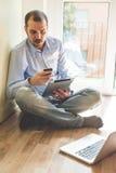 Κομψό άτομο επιχειρησιακών πολλαπλών καθηκόντων πολυμέσων Στοκ φωτογραφία με δικαίωμα ελεύθερης χρήσης