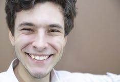 Κομψό άτομο με ένα ευρύ χαμόγελο στοκ φωτογραφίες