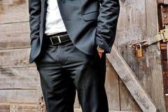 Κομψό άτομο με το κοστούμι και το ρολόι Στοκ εικόνα με δικαίωμα ελεύθερης χρήσης