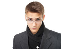 Κομψό άτομο που κοιτάζει πέρα από τα γυαλιά Στοκ φωτογραφία με δικαίωμα ελεύθερης χρήσης