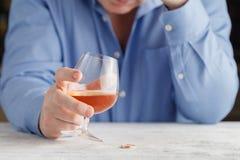 Κομψό άτομο που πάσχει από το ουίσκυ κατανάλωσης αλκοολισμού Στοκ Εικόνες