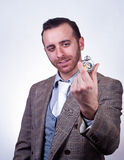 Κομψό άτομο που φαίνεται το παλαιό ρολόι τσεπών του στοκ εικόνα με δικαίωμα ελεύθερης χρήσης