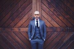 Κομψό άτομο σε ένα γκρίζο κοστούμι Στοκ Εικόνες