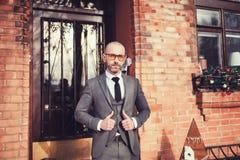 Κομψό άτομο στο γκρίζο κοστούμι Στοκ Φωτογραφίες