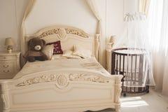 Κομψό ακριβό κρεβάτι για το νεογέννητο μωρό Διακοσμήσεις πολυτέλειας των διαμερισμάτων Στοκ εικόνα με δικαίωμα ελεύθερης χρήσης