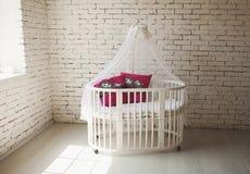 Κομψό ακριβό κρεβάτι για το νεογέννητο μωρό Διακοσμήσεις πολυτέλειας των διαμερισμάτων Στοκ Φωτογραφία