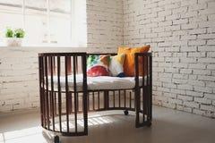 Κομψό ακριβό κρεβάτι για το νεογέννητο μωρό Διακοσμήσεις πολυτέλειας των διαμερισμάτων Στοκ φωτογραφία με δικαίωμα ελεύθερης χρήσης