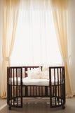 Κομψό ακριβό κρεβάτι για το νεογέννητο μωρό Διακοσμήσεις πολυτέλειας των διαμερισμάτων Στοκ Φωτογραφίες