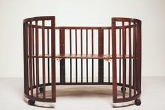 Κομψό ακριβό κρεβάτι για το νεογέννητο μωρό Διακοσμήσεις πολυτέλειας των διαμερισμάτων Στοκ Εικόνες