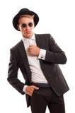 Κομψό αρσενικό πρότυπο που φορά ένα φανταχτερό καπέλο και κάποιο στρογγυλό ήλιο glasse Στοκ Εικόνα