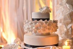 Κομψό γαμήλιο κέικ με το μαύρο λωρίδα Στοκ Εικόνες