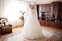 Κομψό γαμήλιο φόρεμα στοκ φωτογραφία