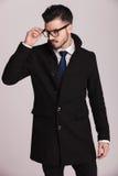 Κομψό επιχειρησιακό άτομο που βγάζει τα γυαλιά του Στοκ Εικόνες