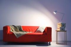 Κομψό εσωτερικό καθιστικών με τον άνετο κόκκινο καναπέ Στοκ Εικόνες