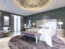 Κομψό εσωτερικό κρεβατοκάμαρων με το μεγάλους άνετους κρεβάτι και τον καναπέ με τον επίδεσμο του πίνακα ελεύθερη απεικόνιση δικαιώματος
