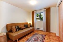 Κομψό εσωτερικό δωματίων με τον καφετή καναπέ Στοκ εικόνα με δικαίωμα ελεύθερης χρήσης