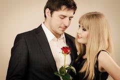 Κομψό ζεύγος κατά την τέλεια ημερομηνία Στοκ φωτογραφία με δικαίωμα ελεύθερης χρήσης