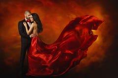 Κομψό ζεύγος, χορεύοντας γυναίκα στο κόκκινο φόρεμα με τον άνδρα Στοκ Φωτογραφία