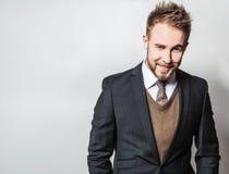 Κομψό & θετικό νέο όμορφο άτομο στο κοστούμι Πορτρέτο μόδας στούντιο Στοκ Φωτογραφίες
