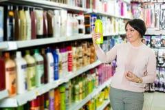 Κομψό θηλυκό εδαφοβελτιωτικό αγοράς πελατών για την τρίχα Στοκ φωτογραφία με δικαίωμα ελεύθερης χρήσης