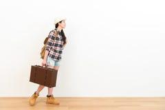 Κομψό θηλυκό backpacker που φέρνει την αναδρομική βαλίτσα Στοκ Εικόνα