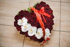 Κομψό καρδιά-διαμορφωμένο κιβώτιο με μια σύνθεση λουλουδιών των ρόδινων τριαντάφυλλων για την ημέρα βαλεντίνων Στοκ Φωτογραφίες