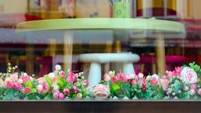 Κομψό κατάστημα επίπλων προθηκών που διακοσμείται με τα λουλούδια Στοκ Φωτογραφίες