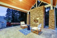 Κομψό καλυμμένο πίσω patio με χτισμένος στην εστία αερίου στοκ εικόνα με δικαίωμα ελεύθερης χρήσης