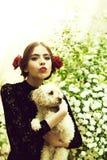 Κομψό κορίτσι με ένα σκυλί το σκυλί λαβής κοριτσιών με το ισπανικό makeup, αυξήθηκε στην τρίχα Στοκ Φωτογραφία