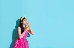 Κομψό κορίτσι ομορφιάς που πίνει το πορτοκαλί ποτό Στοκ Εικόνες