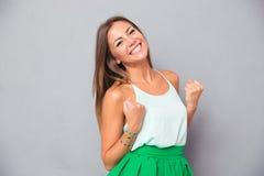 Κομψό κορίτσι που γιορτάζει την επιτυχία της Στοκ εικόνες με δικαίωμα ελεύθερης χρήσης