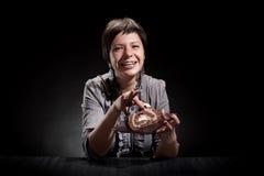Κομψό κορίτσι που τρώει ένα κέικ σοκολάτας Στοκ Φωτογραφίες