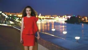Κομψό κορίτσι σε ένα κόκκινο φόρεμα στοκ φωτογραφία με δικαίωμα ελεύθερης χρήσης
