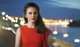 Κομψό κορίτσι σε ένα κόκκινο φόρεμα στοκ εικόνες